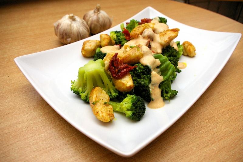 Polędwiczki drobiowe z brokułami w sosie czosnkowym