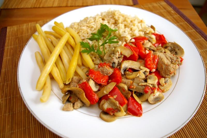 Blog kulinarny , Dietetyczne przepisy - Polędwiczki wieprzowe duszone z papryką