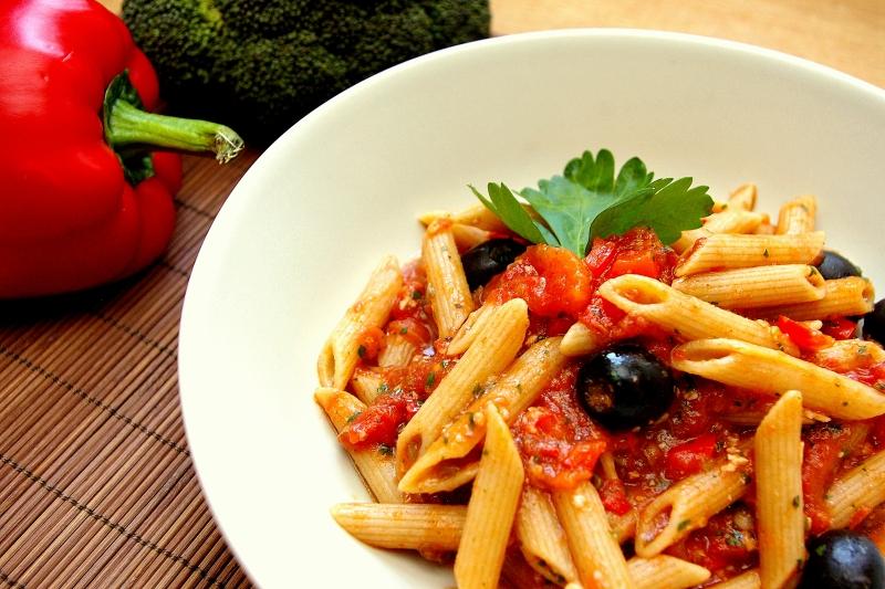 Penne w pikantnym włoskim sosie - Blog Kulinarny hewps.pl Dietetyczne Przepisy