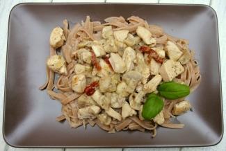 Dietetyczne przepisy - makaron razowy, pierś z kurczaka z pieczarkami