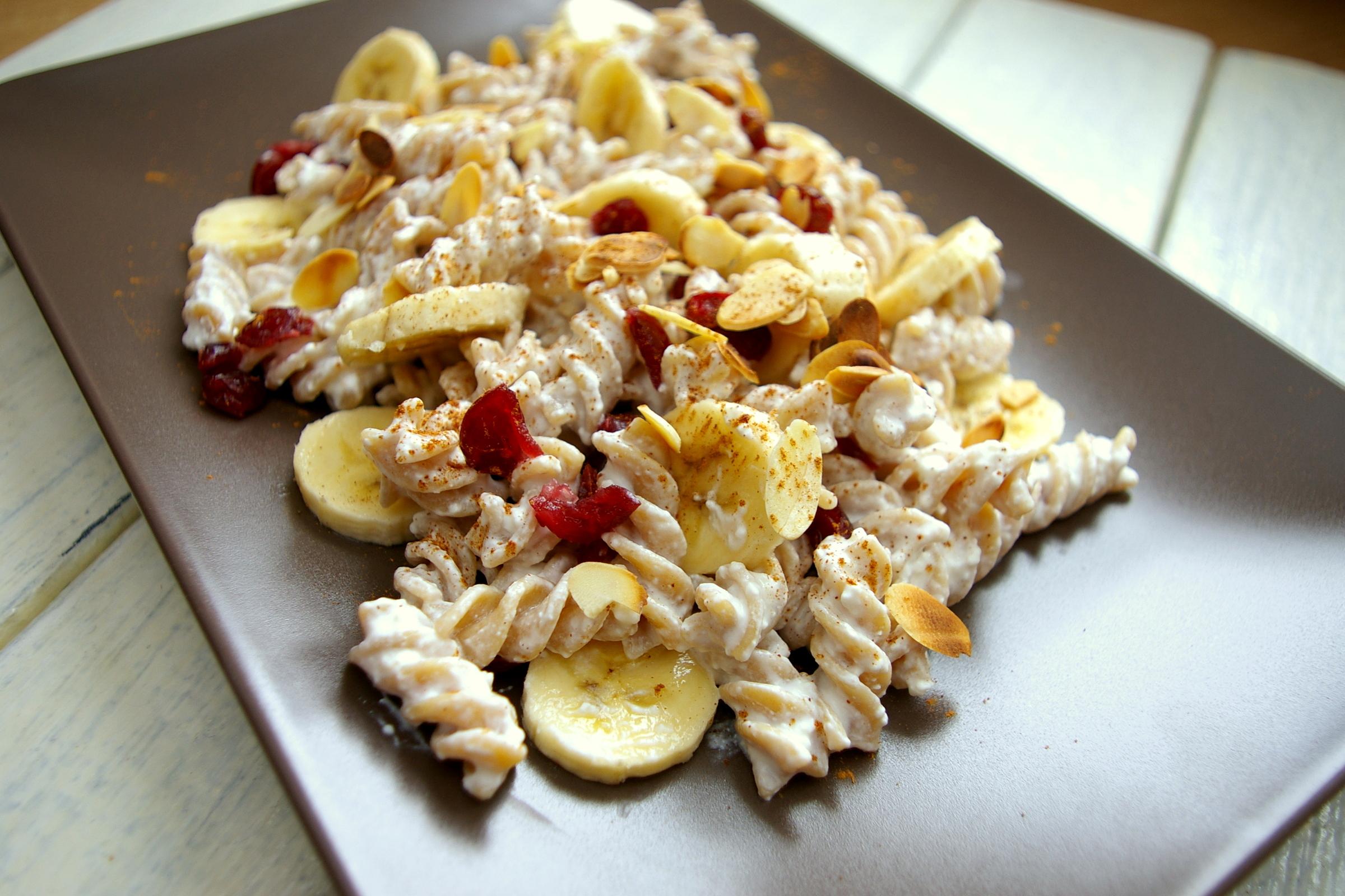 Makaron z twarogiem, bananem i prażonymi migdałami