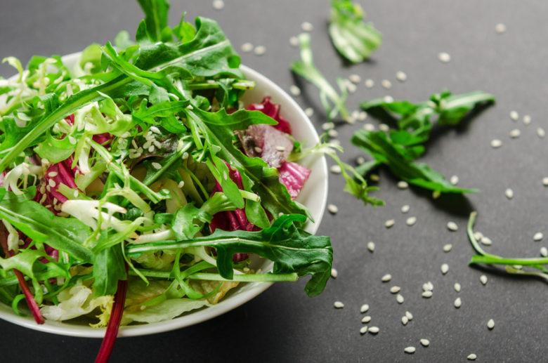 Cała prawda o zawartości witamin w gotowych mieszankach sałat