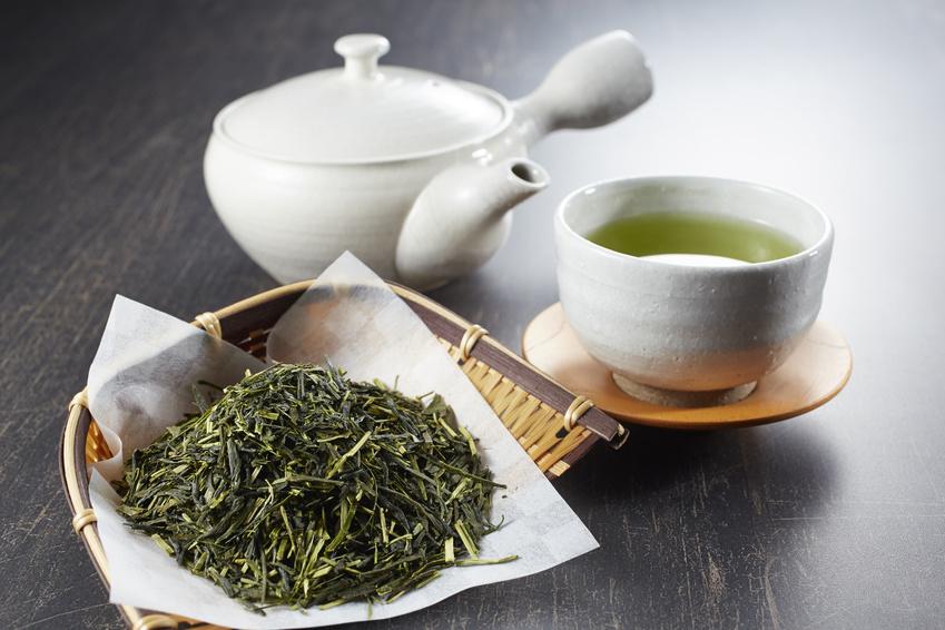 Czy zielona herbata odchudza? Ile filiżanek dziennie trzeba pić, by schudnąć?
